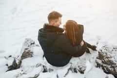 摆在一个多雪的公园的夫妇 免版税库存图片