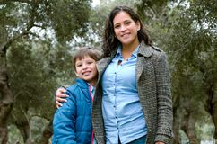 摆在一个愉快的儿子和的母亲的画象看照相机 免版税库存照片
