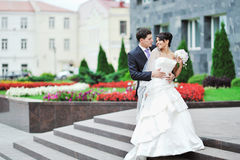 摆在一个老镇的婚礼夫妇 免版税库存照片