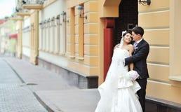摆在一个老镇的新娘和新郎-婚礼夫妇 免版税库存照片
