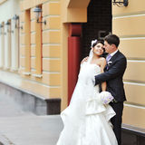 摆在一个老镇的新娘和新郎-婚礼夫妇 库存照片