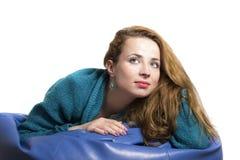 摆在一个软的长沙发的妇女纵向 库存照片