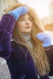 摆在一件温暖的夹克的女孩 免版税库存照片