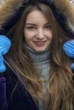 摆在一件温暖的夹克的女孩 免版税库存图片