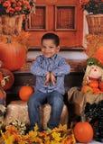 摆在万圣夜的非洲amercian男孩 库存图片