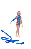 摆在与丝带的逗人喜爱的矮小的体操运动员的图象 库存图片