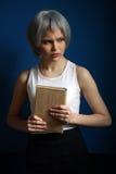 摆在与书的银色假发的夫人 关闭 背景看板卡祝贺邀请 免版税库存图片