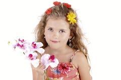 摆在与兰花的美丽的小女孩 库存照片