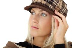 摆在与冬天帽子的美丽的女孩 免版税库存照片