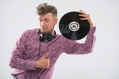 摆在与唱片和赞许的DJ 免版税库存图片