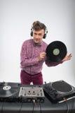 摆在与唱片的DJ 免版税库存图片