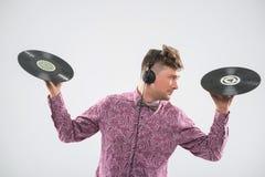 摆在与唱片的DJ 免版税库存照片