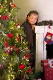 摆在与圣诞节的女孩 图库摄影