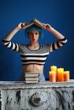 摆在与在她的头的书的strapedshirt的女孩 关闭 可能 免版税图库摄影