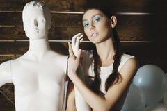 摆在与在木的时装模特的年轻美好的时装模特儿 免版税库存照片