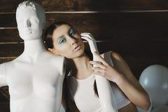 摆在与在木的时装模特的年轻美好的时装模特儿 免版税库存图片