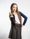 摆在与塑料分度器的逗人喜爱的深色的女小学生 图库摄影