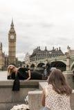 摆在与大本钟的白肤金发的妇女在伦敦 免版税库存照片