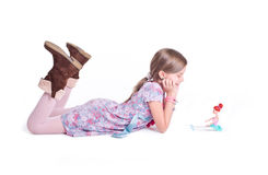 摆在与她的玩偶的甜小女孩 库存图片