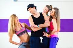 摆在与妇女的人在舞蹈学校 库存照片