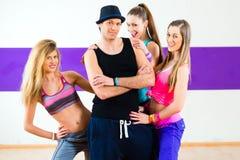 摆在与妇女的人在舞蹈学校 免版税库存图片