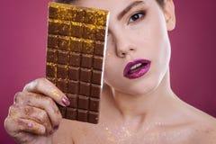 摆在与巧克力块的宜人的妇女 图库摄影