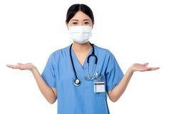 摆在与开放棕榈的女性医师 免版税图库摄影