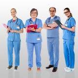 摆在与微笑的医生资深队  免版税图库摄影