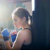 摆在与手套的年轻成人性感的拳击女孩 免版税库存照片