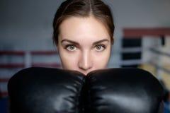 摆在与手套的年轻成人性感的拳击女孩 免版税图库摄影