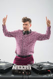 摆在与手指的DJ 免版税库存图片