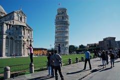 摆在与斜塔,比萨,意大利的游人 免版税库存照片