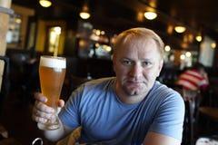 摆在与杯的人啤酒 库存图片