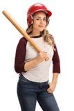 摆在与棒球棒和盔甲的妇女 免版税库存照片