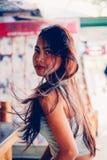摆在与深红唇膏的一个美丽和性感的亚裔女孩的画象 库存照片