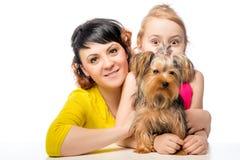 摆在与狗的妇女和她的小女儿 库存图片
