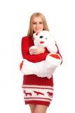 摆在与玩具熊的白肤金发的妇女 免版税库存照片