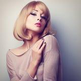 摆在与白肤金发的短发样式的性感的女性模型 颜色口气 库存照片