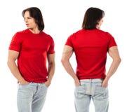 摆在与空白的红色衬衣的年轻人 免版税库存照片