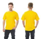 摆在与空白的黄色衬衣的人 免版税库存图片