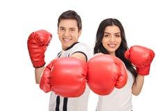摆在与红色拳击手套的年轻夫妇 免版税库存图片