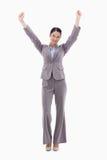 摆在与胳膊的一名愉快的女实业家 免版税库存照片