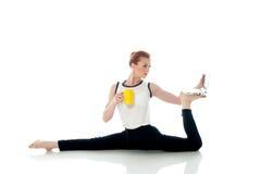 摆在与膝上型计算机的虚幻的姿势的妇女的图象 图库摄影