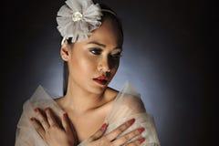 摆在与花头饰带的妇女 免版税库存图片