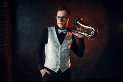 摆在与萨克斯管的男性爵士乐人 免版税库存照片