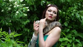 摆在与蛇的妇女在她的脖子上 股票录像