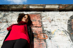 摆在与街道画的华美的妇女 免版税库存图片