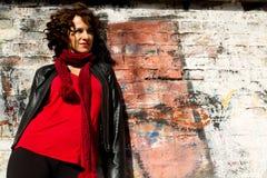 摆在与街道画的华美的妇女 免版税图库摄影