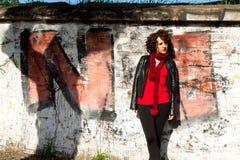 摆在与街道画的华美的妇女 免版税库存照片