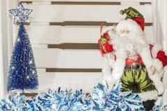 摆在与袋子的圣诞老人在圣诞节背景的礼物 免版税库存照片